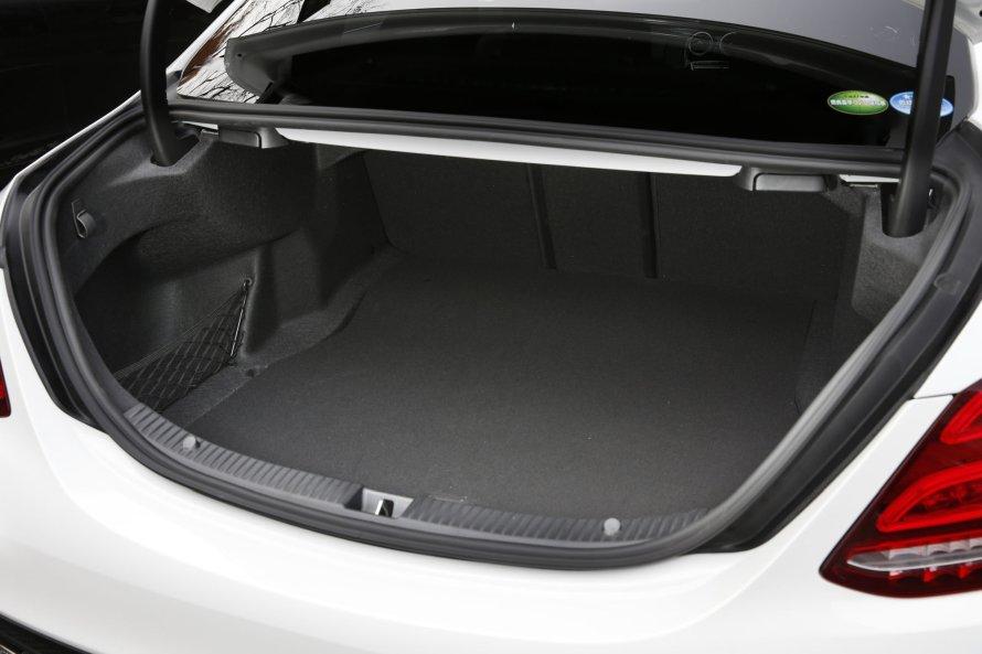 トランクの容量は445リットル。開口部のリヤウインドゥ付近には、後席の背もたれを前方に倒すためのリリースレバーが備わる。