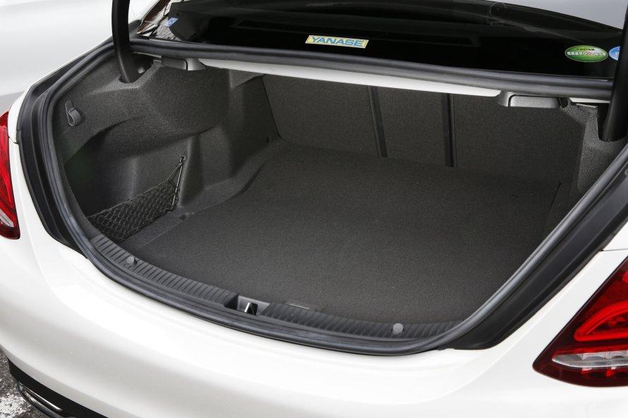 荷室については、C180アバンギャルドとローレウス エディションとで差異はない。大きな開口部は、セリングポイントのひとつ。