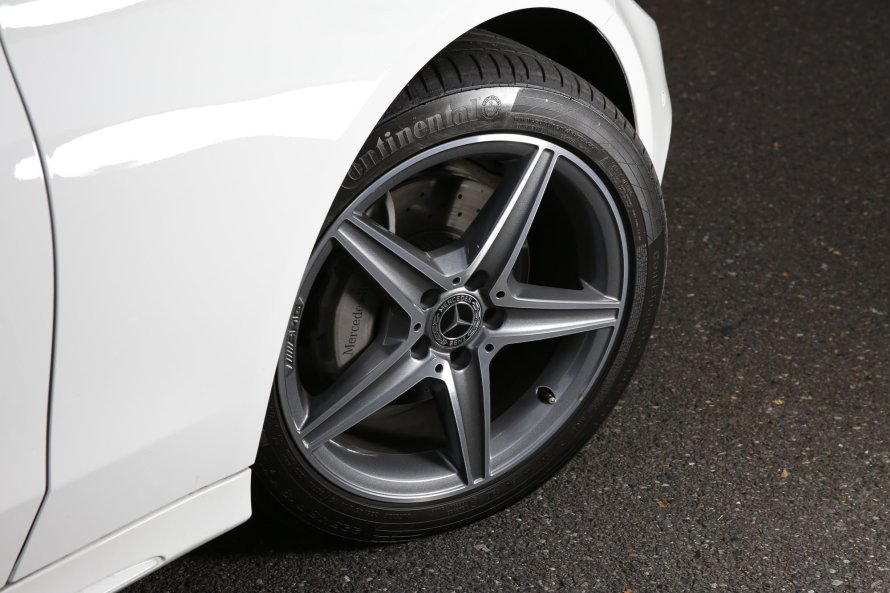 C180ローレウス エディションには、AMGラインの構成要素となる18インチのAMG 5スポークアルミホイールが装着される。タイヤは、コンチネンタルのコンチスポーツコンタクト5が組み合わされていた。