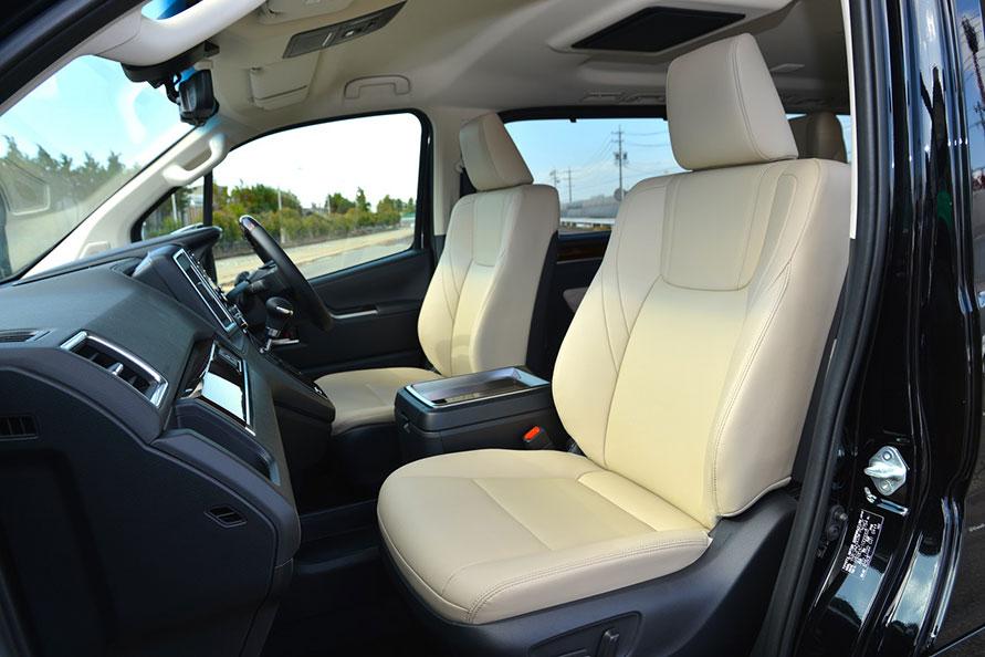運転席8ウェイ、助手席4ウェイのパワーシートで、スイッチ一つで体格に合わせて最適なシートポジションを得られる