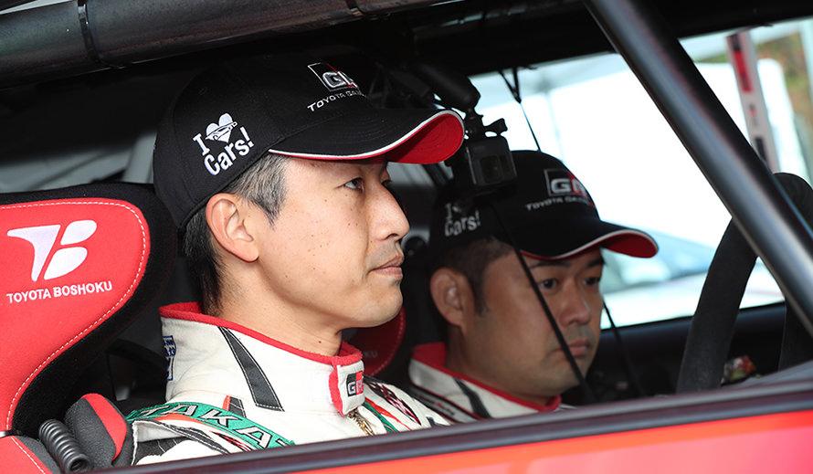 第3戦以来の舗装路ラリーで2位表彰台を得た眞貝選手(左)と安藤選手