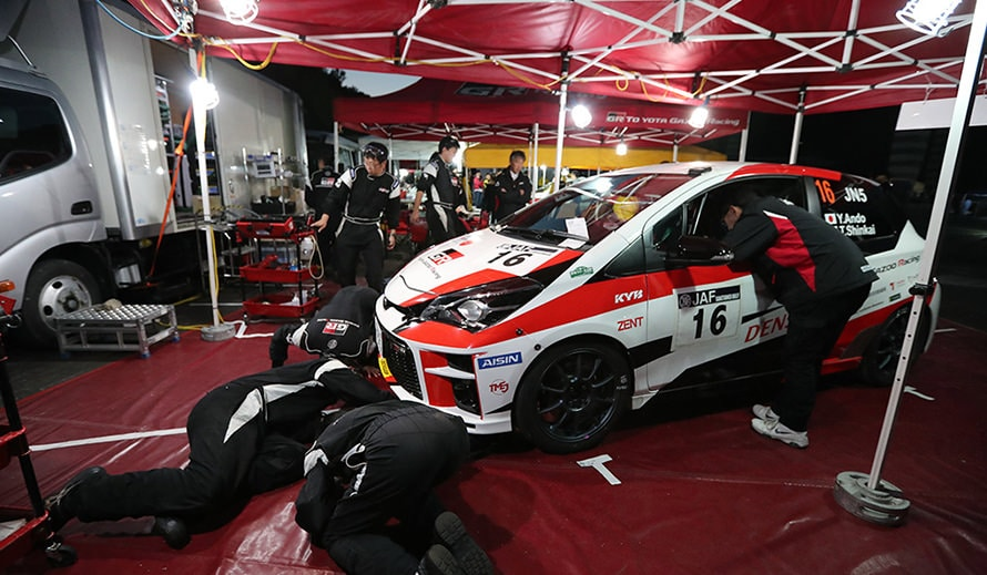 サービスパークでTGR Vitz GRMN Rallyの下まわりを点検する凄腕技能養成部のメカニックたち