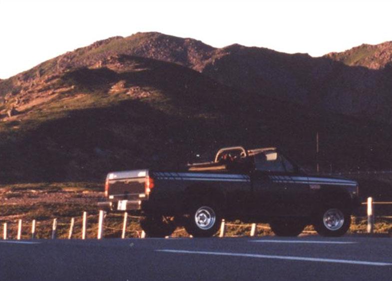 前田チーフエンジニアの学生時代の愛車「ダッジ・ダコタ」(1990年製)。 ピックアップトラックのオープンカーと山の情景との佇まいが、たまらなく好きだったという。