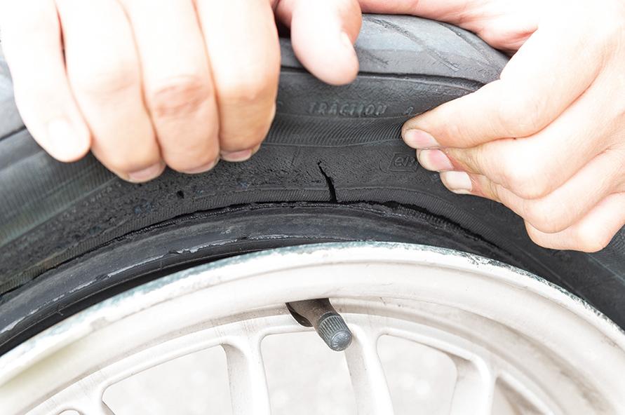 新しいから大丈夫……なんて保証はない。クルマと路面をつないでいるのは昔も今も、約はがき1枚分の接地面積しかないタイヤ。日常点検がありがたいです。安全安心につながるのだ。