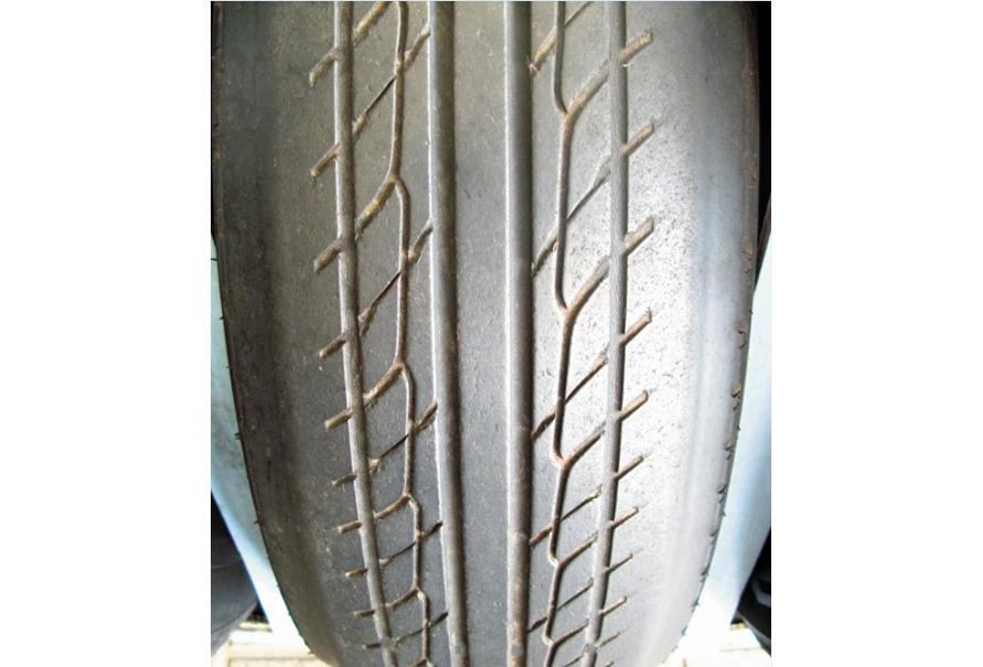 タイヤのトレッド両サイド(ショルダー部分)が目立って減ってしまう場合、空気圧の不足による偏摩耗の可能性が高い。逆に空気圧が高すぎる場合は、タイヤのトレッド面の中央が減ることが多い。