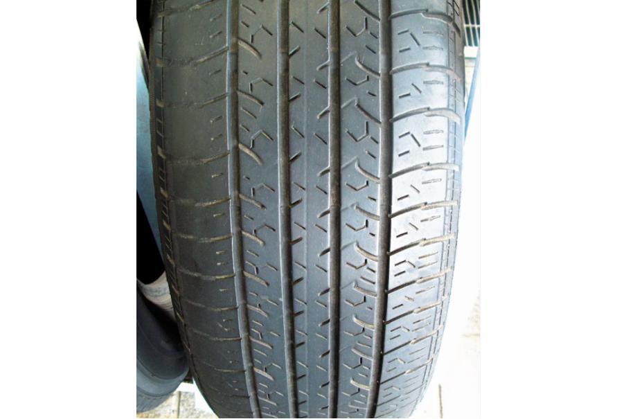 タイヤのトレッド面の片側だけが減る場合は、サスペンションのアライメントの不具合に起因することもある。ただし走行路面の状況などにもよるため、タイヤは常に均一に摩耗するものではない。適時タイヤローテ―ションを行うことでより効率よくタイヤを使用するように心がけたい。