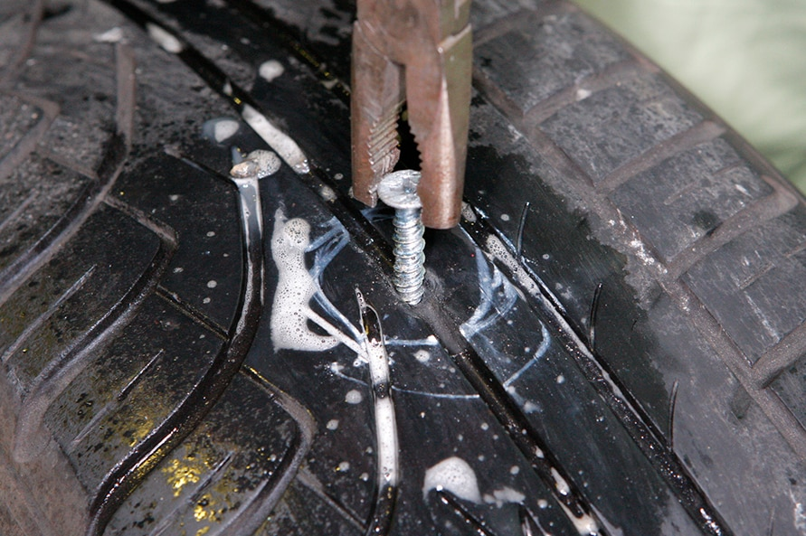 もし、タイヤトレッド面に釘などの異物が刺さっているのを発見したとしても慌てなくて大丈夫。大半の場合はディーラーやカーショップで修理してもらうことができるし、カー用品店などで販売されている専用のパンク修理キットを使えばDIYでも十分対応可能だ。ただし、タイヤのサイドウォールが裂けてしまった場合は、残念ながらタイヤ交換を前提に考えよう。修理が可能なこともあるが、安全面を考えれば思い切って交換した方がいい。