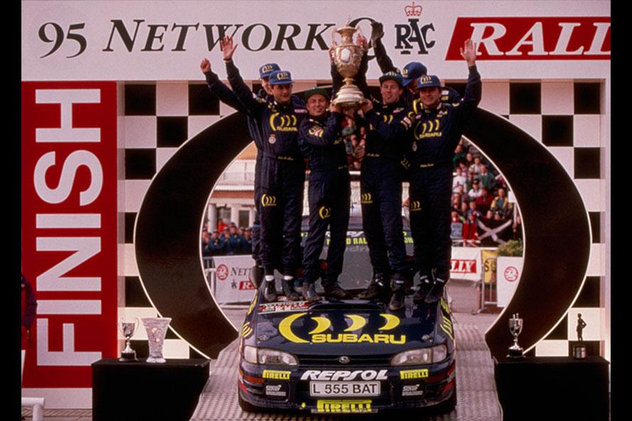 1995年のWRC最終戦で表彰を受けるスバルチーム。