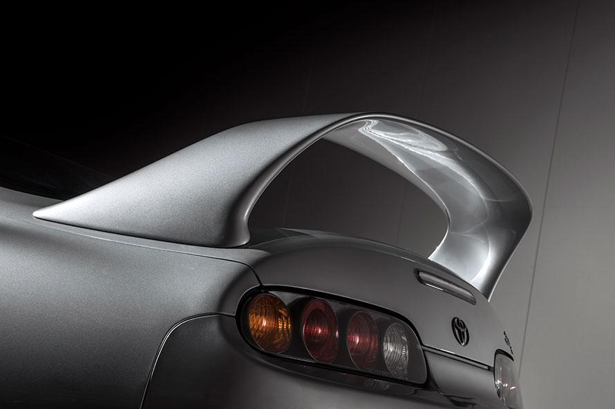 ダウンフォースを発生させ高い操縦安定性の実現に効果を発揮している大型リアスポイラー