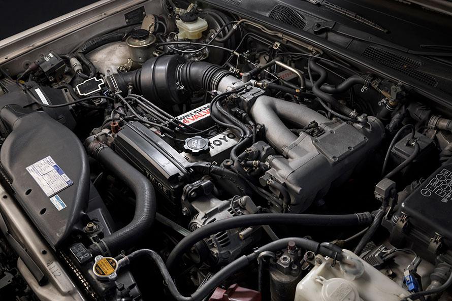 直列6気筒エンジンは、最高出力190ps/5600r.p.m.、最大トルク26.0kg-m/3600r.p.m.を発生。全域にわたる高トルクが自慢でした。