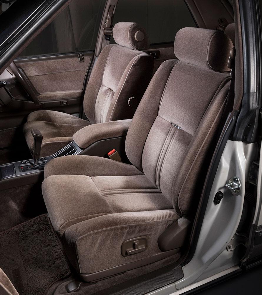 快適性を追求したフロントシート。パワーアジャスト機能が備わっており、乗員の体を的確なホールド感で支えてくれます。