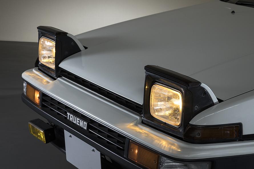 特徴的なリトラクタブルヘッドライトと、エアロダイナミックスを徹底追及した低いノーズ先端