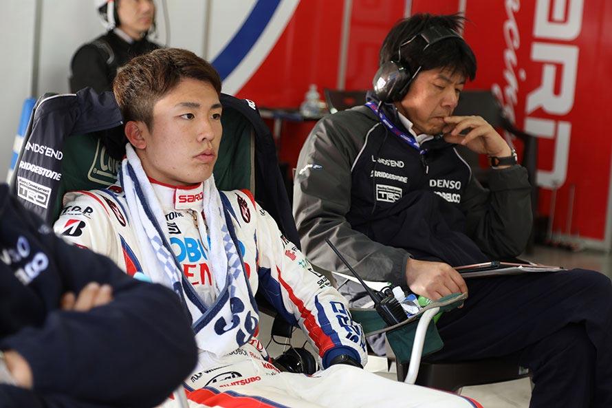 (加藤オーナーの横でレースを見守る坪井選手。決勝レース中のピットにて…)