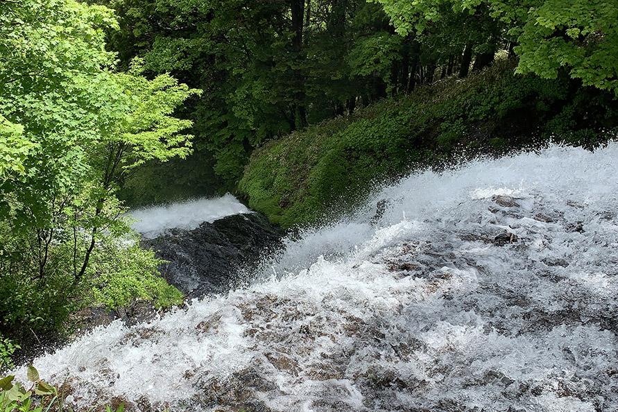滝の上から。展望台、遊歩道があり、ご覧になることができます。一眼レフだったらもっとキレイに撮れたのですが…。