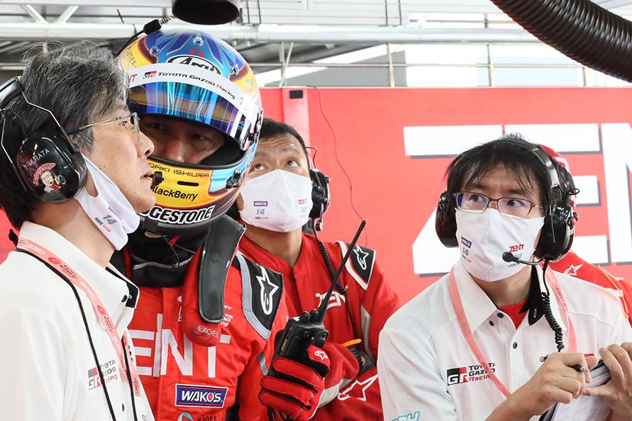 38号車ピット内 左から、村田卓児エンジニア、石浦宏明選手