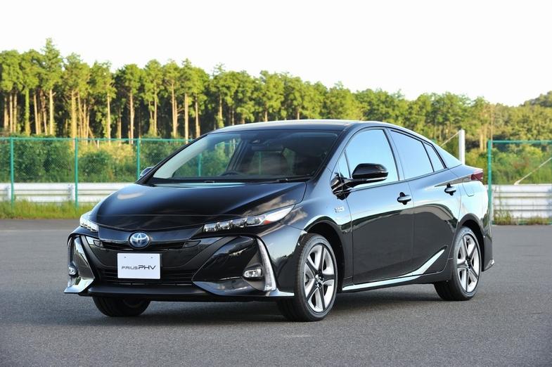 新型トヨタ『プリウスPHV』の日本発売が正式にアナウンスされた。昨年発売された『プリウス』と基本を同じくしながらも、外観デザインを差別化、さらに大容量リチウム
