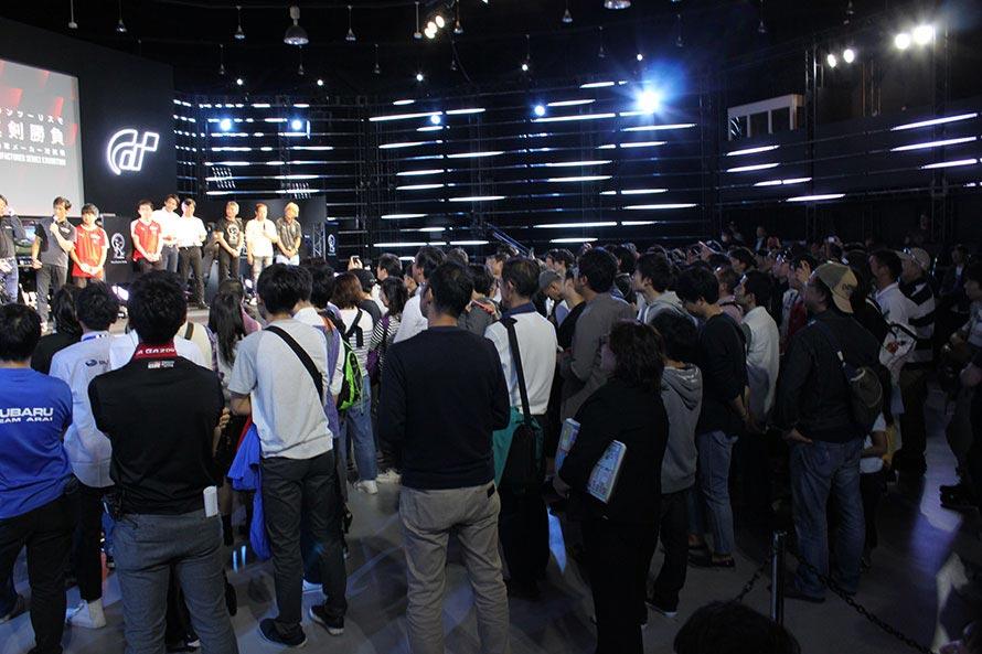 表彰式の様子。つめかけた観客から温かい拍手が贈られる