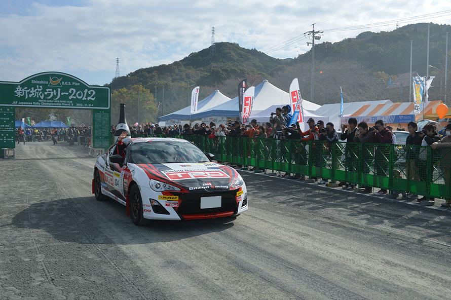 2012年:モリゾウこと豊田章男トヨタ自動車社長がTRDラリーチャレンジに初参戦、完走を果たした。ゴール後、「自分で考えているのと実際にやるのとでは違うし、見える世界が広がりました」とコメント。