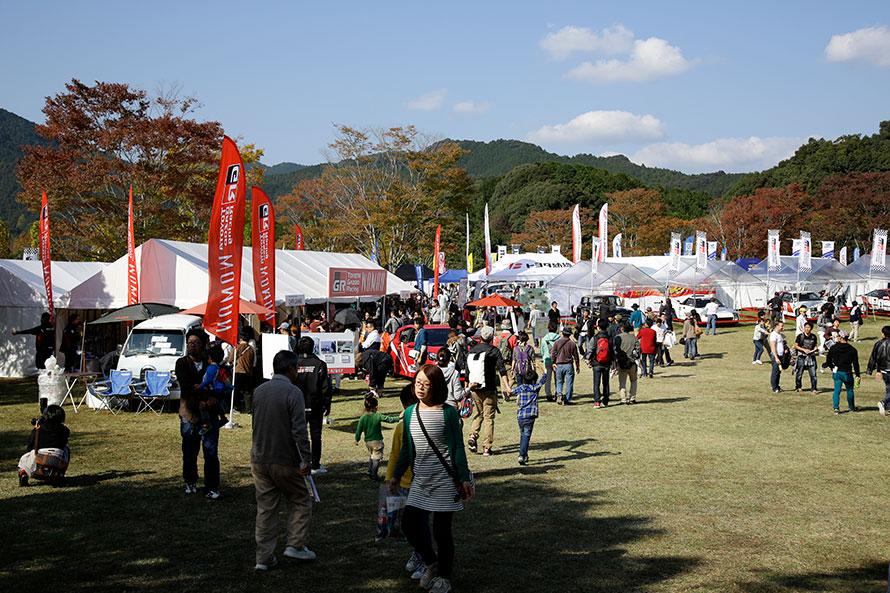 2016年:07年の全日本ラリー初開催時には1万人を超えるほどだった来場者数も、16年大会では5万人を突破する東三河地域で最大級のイベントに成長。写真は、小さいお子さん連れの方なども良く見かけることが出来るほど、ファミリーで楽しめるメイン会場、新城総合公園内のイベント広場の様子。