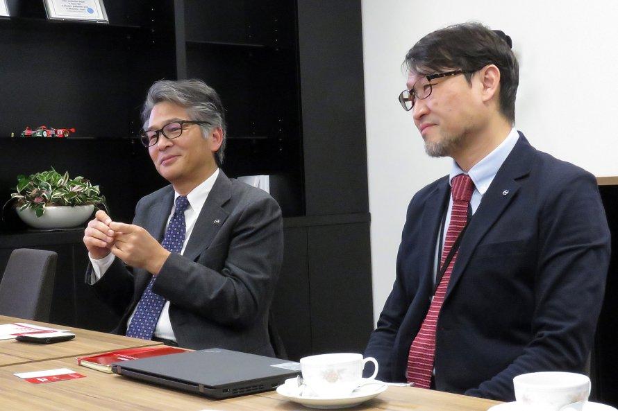 今回話を伺った、ロードスターアンバサダーの山本修弘さん(左)と、NAロードスターレストアサービスの専任スタッフである伏見 亮さん(右)。