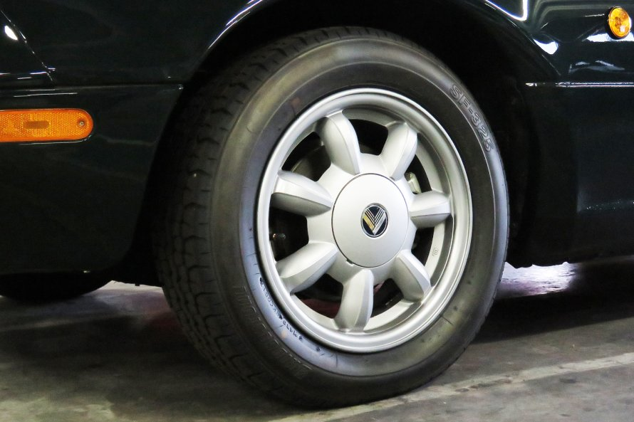 """ブリヂストンの協力のもとに製作された""""復刻タイヤ""""。当時純正装着していた「SF-325」のデザインだけでなく、走り味までが再現されている。"""