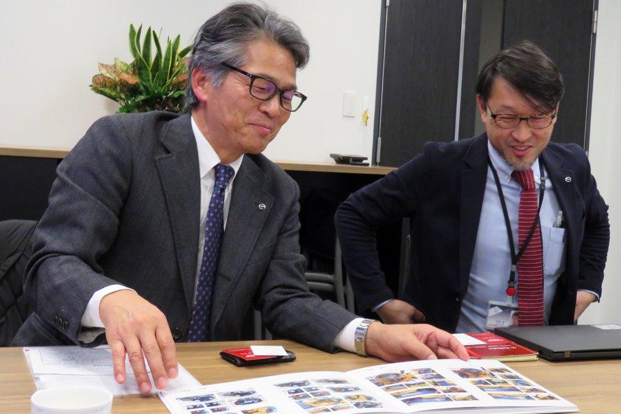 オーナーに渡すレストアリポートを前に談笑する山本修弘さん(左)と伏見 亮さん(右)。リポートはアルバムのようにきちんと製本されており、オーナーにとってはたまらない宝物になるだろう。