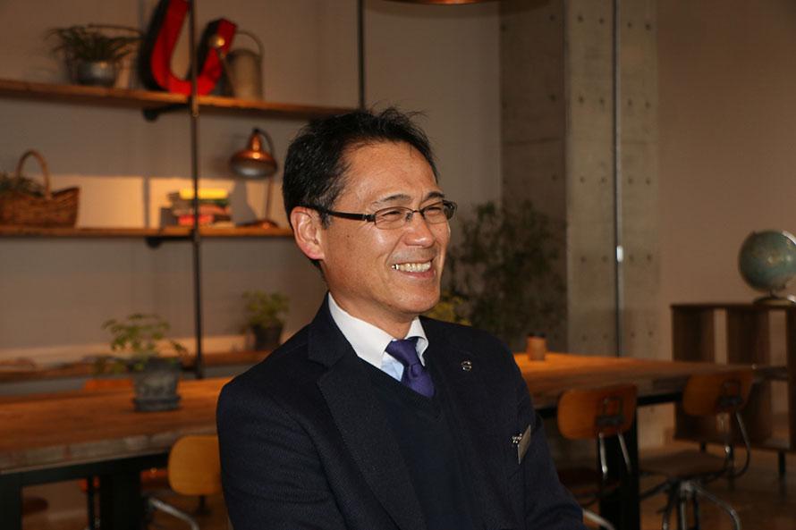 ボルボ・カー・ジャパンにてクラシックガレージのマネジャーを務める阿部昭男さん。1956年誕生のボルボ・アマゾンに憧れて新卒でボルボに入社したという人物だ。