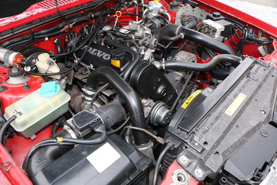 1996年式940エステート ポーラSXのエンジンルーム。ボルボ・クラシックガレージの販売車両は、いずれも定期的なメンテナンスを受けており、新しいユーザーが安心して付き合えるようコンディションが整えられている。