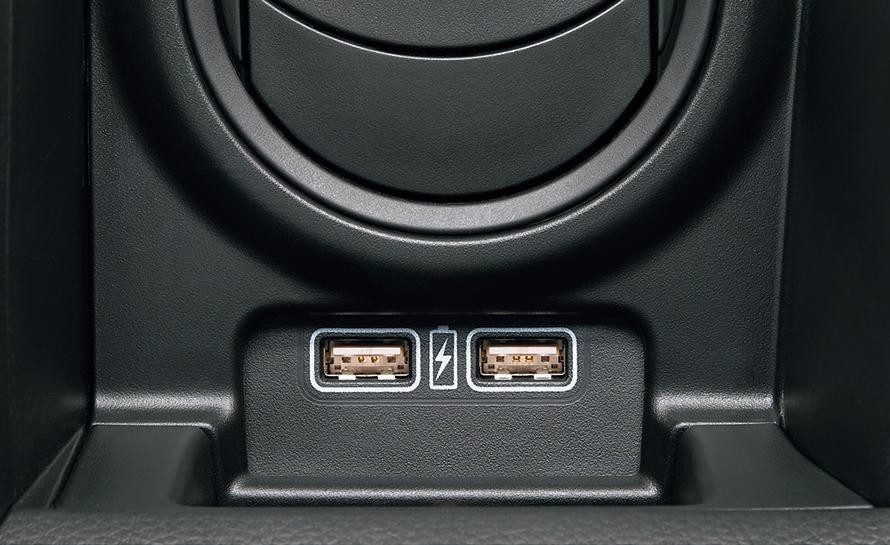 スマートフォンやゲーム機などを充電できるUSB端子が充実している。
