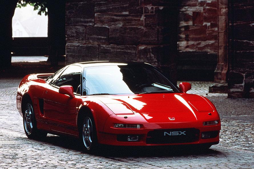 1990年9月に発売された初代ホンダNSX。量産車では初となる軽量・強靭(きょうじん)なオールアルミモノコックボディーや、ターボなしで280psの高出力を発生する3リッター(のちに3.2リッター)のV6 DOHCエンジンなど、ホンダが技術の粋を尽くして開発したミドシップのスーパースポーツだった。