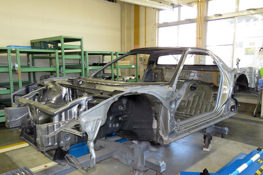 リフレッシュセンターにて作業中の、NSXのホワイトボディー。アルミ製のモノコックは丈夫でサビも出ず、経年による劣化が少ないという。