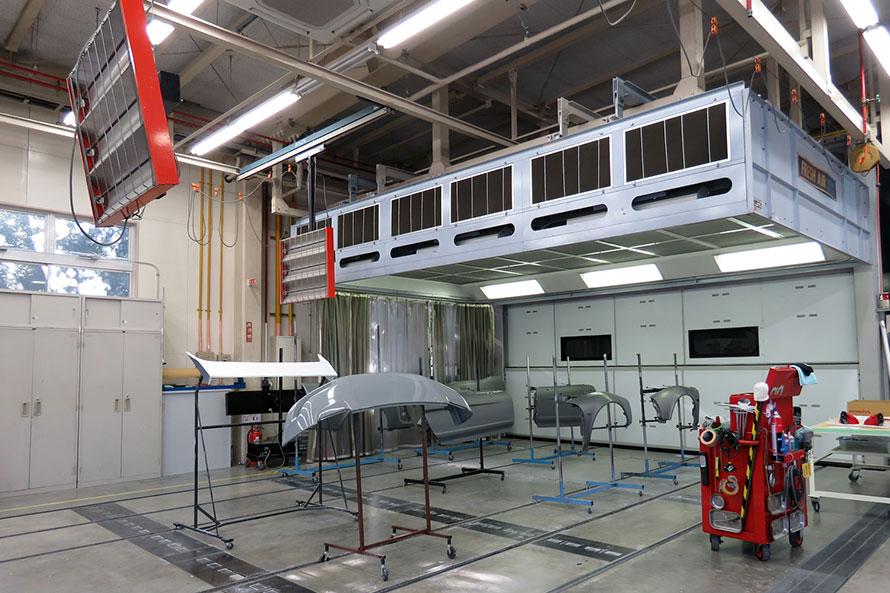 工場内の、板金塗装の作業エリア。入庫から納車までの期間は、塗装まで含めても3~4カ月程度だが、板金塗装や追加整備が必要となる場合は納期が延びることもあるという。
