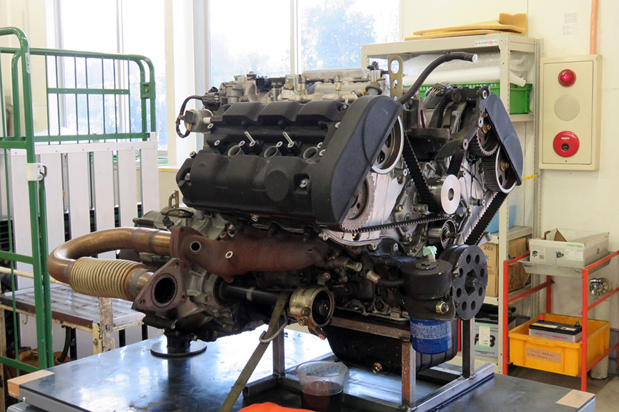 車体から下ろされたNSXのエンジン。同時期の高性能スポーツカーのエンジンとしては頑丈で、整備はやはり消耗品の交換が主となるという。
