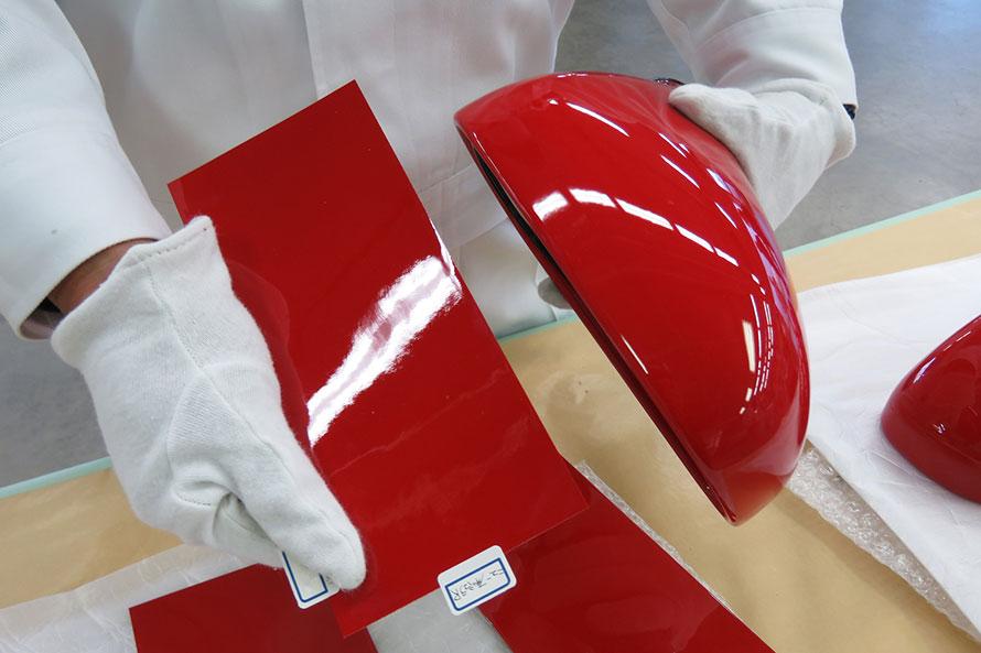 NSXリフレッシュプランでは、ボディーに再塗装を施す際、純正部品のドアミラーを元に色を調整するという。
