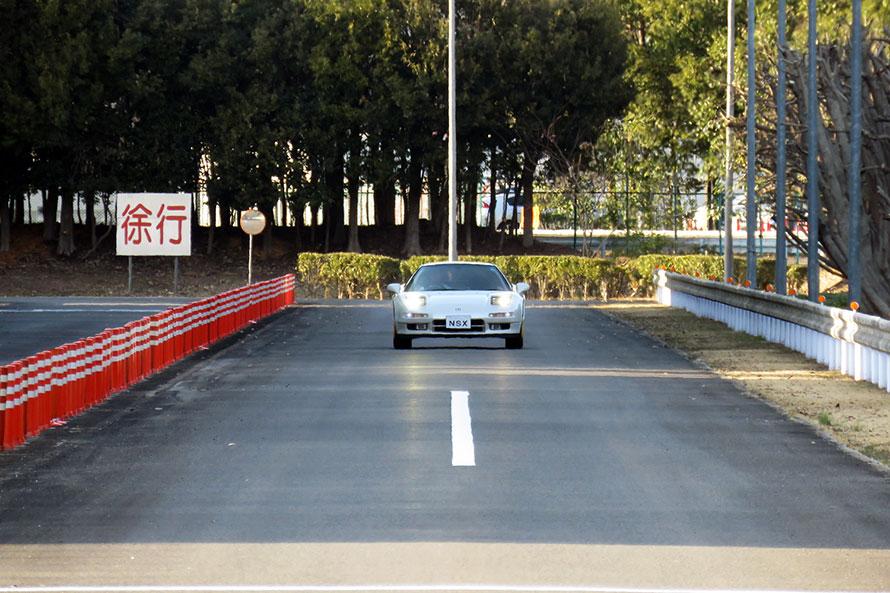 施設内のテストコースを走るNSX。撮影車のように、リフレッシュ作業を受けたすべての車両が、二度目のテストコースを体験するのだ。