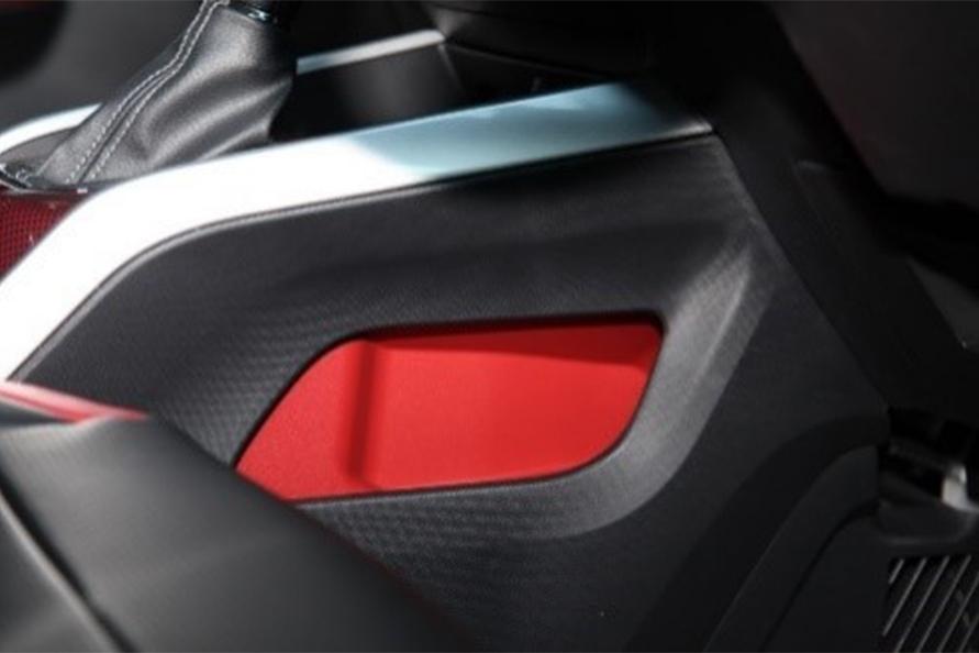 梅本さんお気に入りのセンターコンソールのサイドポケット(Zのみ赤)。写真は用品装着車