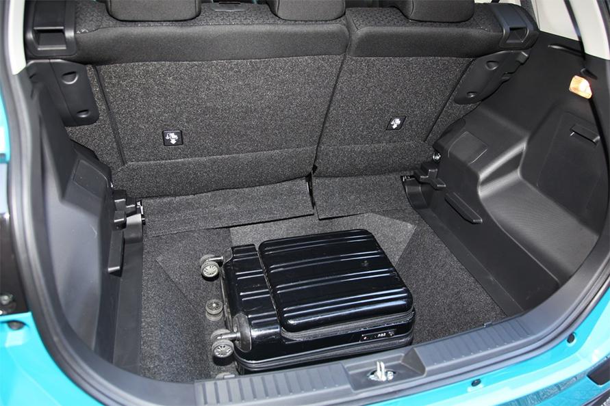 デッキボードを取り外したZの荷室(2WD)。4WD車は底が浅くなっています