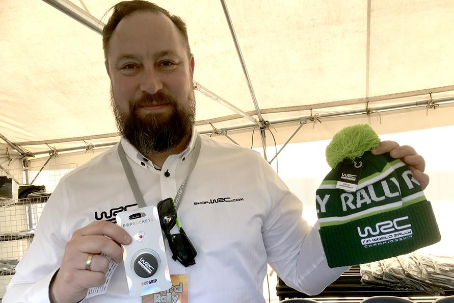 ニット帽やスマートフォン関連グッズが人気だったというのは、WRC公式グッズを取り扱うサミさん。