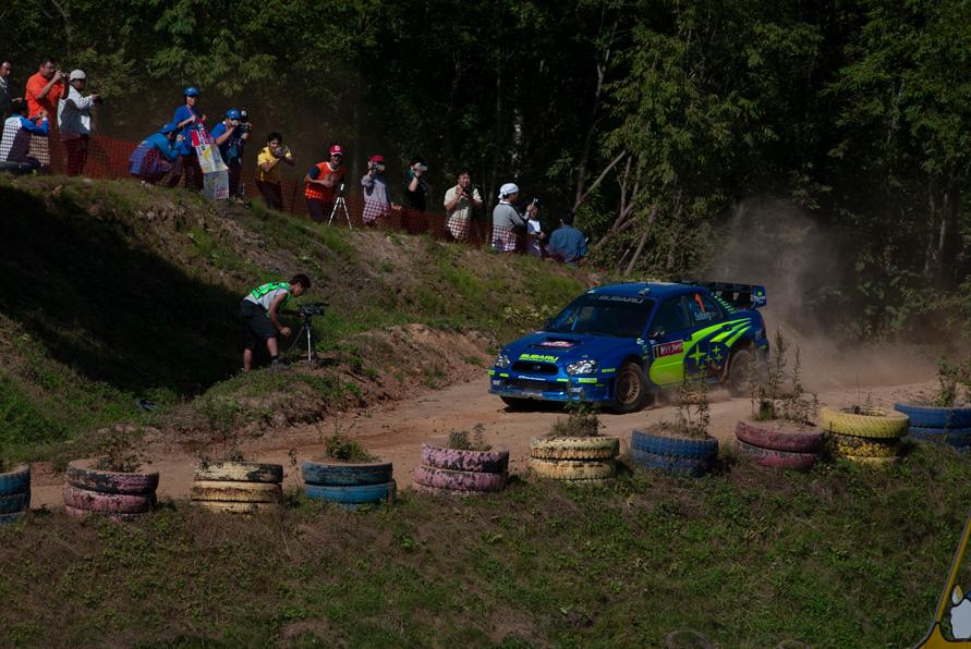 2003年WRCチャンピオンペター・ソルベルグがスバル・インプレッサWRC2004をドライブし、陸別のSS(スペシャルステージ=競技区間)を走る。