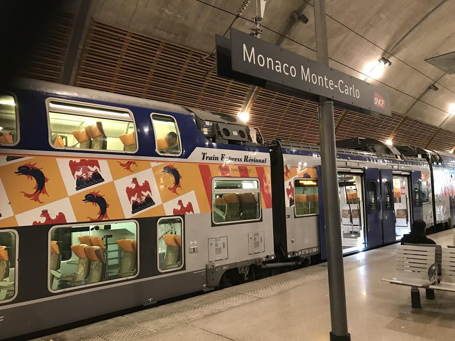 列車にはそれぞれ紋様が描かれていておしゃれです。モナコ モンテカルロ駅にて。