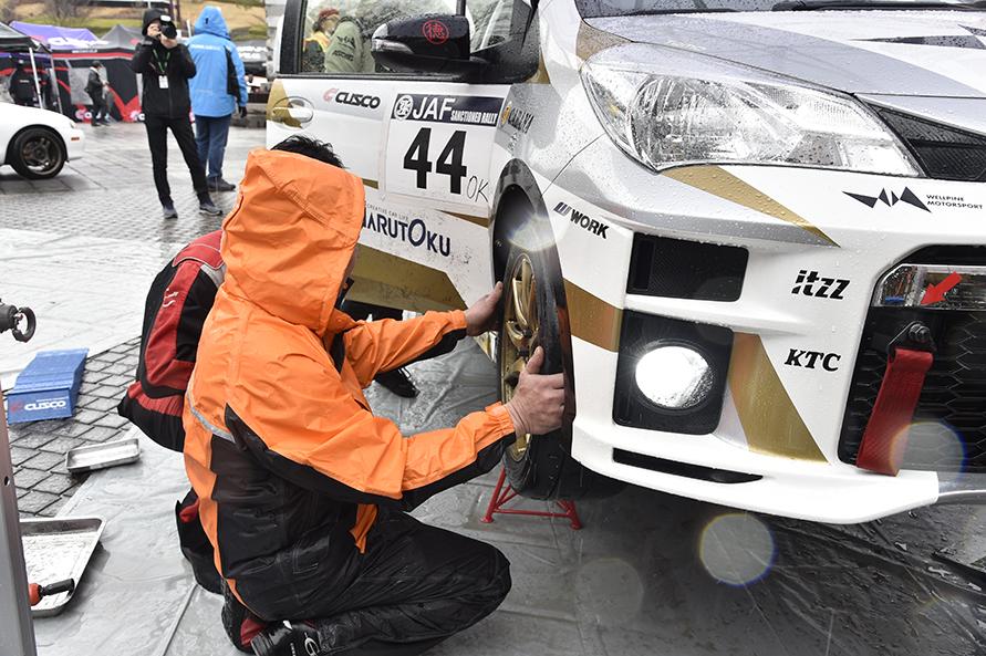 車検と聞くと2年に1度の自動車検査登録制度を思い浮かべますが、ラリーの走行前に主催者が行う公式車検では、主に安全性や道路交通法に準じているかという点がチェックの重点ポイントです。