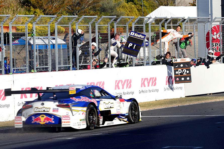 チームから祝福をうけながらゴールを駆け抜けるKeePer TOM'S LC500 1号車(平川 亮/ニック・キャシディ)