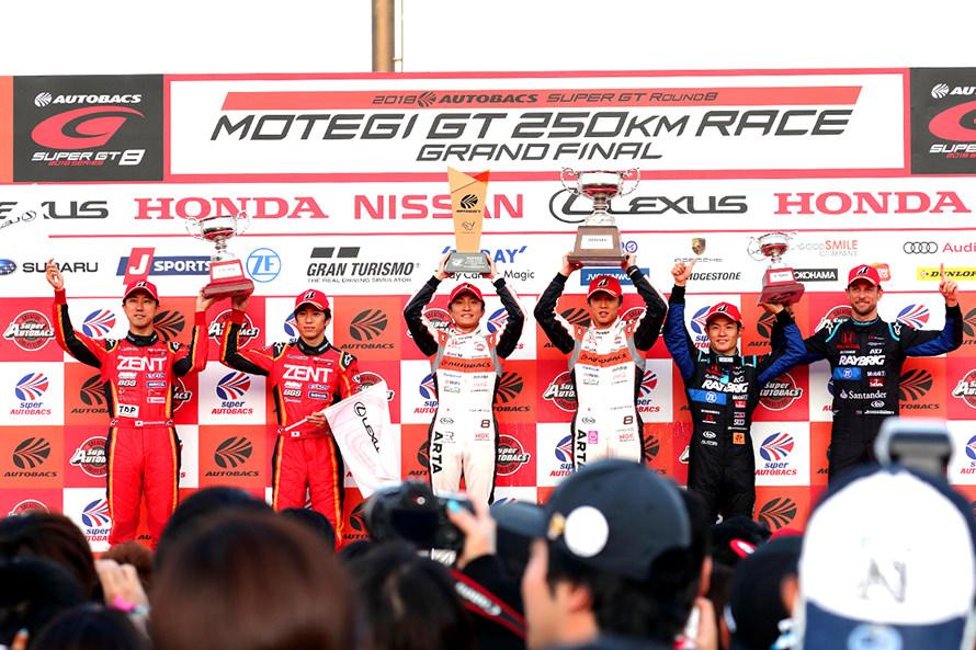 GT500の表彰台。2位に入ったZENT CERUMO LC500 38号車の立川 祐路と石浦 宏明は優勝は逃したものの、今季最高位で最終戦をフィニッシュした
