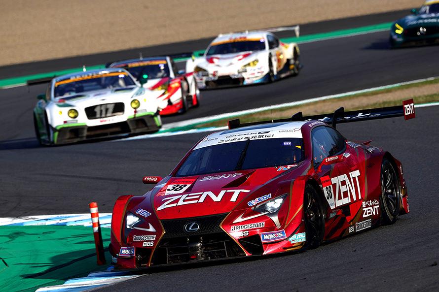 レース終盤、GT300をかき分けながらトップのARTA NSX-GT 8号車を追うZENT CERUMO LC500 38号車(立川 祐路/石浦 宏明)