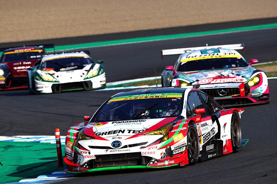レース終盤、最後まで諦めずにトップを追うTOYOTA PRIUS apr GT 31号車(嵯峨 宏紀/平手 晃平)