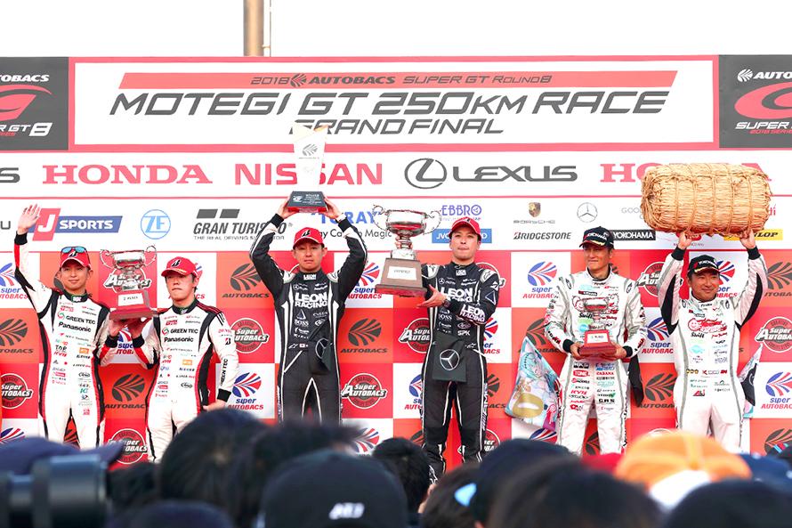 GT300表彰台。TOYOTA PRIUS apr GT 31号車の嵯峨 宏紀と平手 晃平は2位表彰台まで追い上げたものの惜しくも逆転タイトルとはならなかった