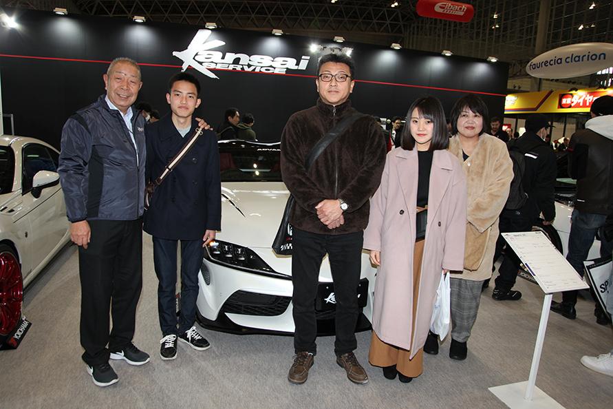 ご家族で来場した丸山さん(中央が智也己さん)。左端がKansaiサービスの向井代表