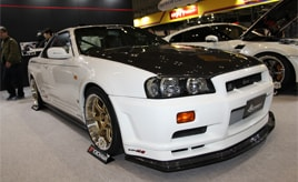 """日産 スカイライン GT-R R34が一番人気の""""Kansaiサービス""""&ひな壇がない展示方法が好評の""""VARIS"""" ~東京オートサロン2020ブース探訪~"""