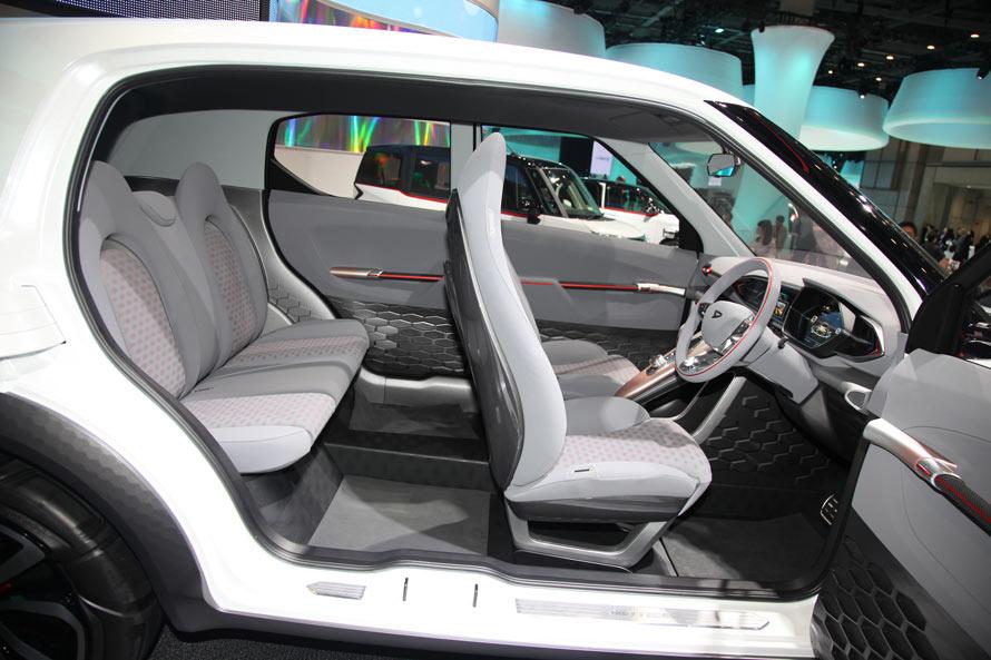 コンパクトSUVとはいえ、うれしい5人乗り設計。見ての通り、十分実用に耐える広さだ。観音開きのドアは、ショー限定の仕様である可能性が高いとのこと。乗り降りが楽なので、このまま市販してもおもしろいと思うが……。
