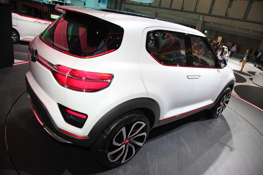 クリーンさを意識したデザインは、リアにも息づく。今すぐにでも市販できそうな現実的なまとまりを見せる。SUVのイメージを高める5本スポーク風のホイールデザインもなかなかのセンス。中央にはダイハツの「D」が輝く。